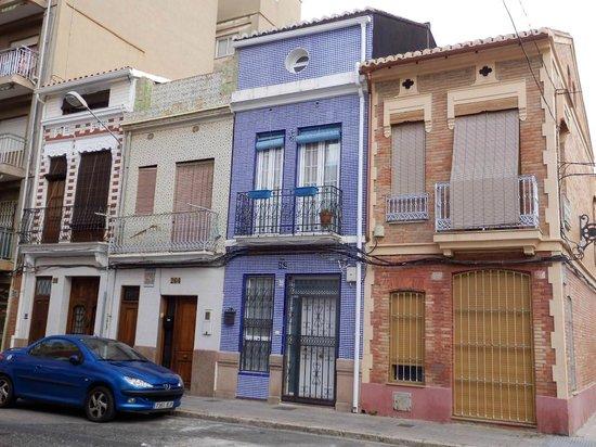 Fachada con azulejos y rejas pintadas de purpurina for Fachadas con azulejo