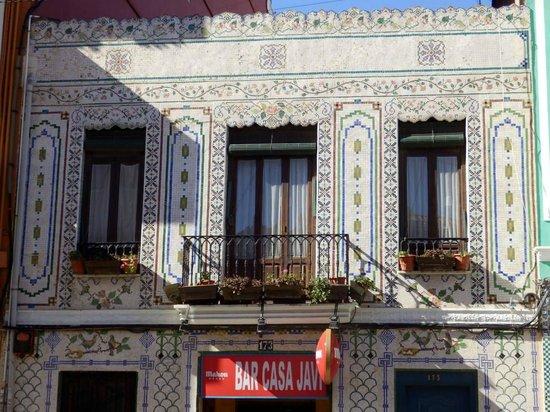 Foto de barrio el cabanyal valencia fachada con azulejo for Fachadas con azulejo