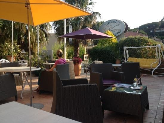 Hotel les Alcyons: The front patio