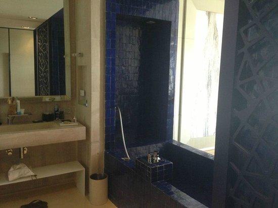 salle de bain au centre de la chambre en zellige bleu - Photo de ...
