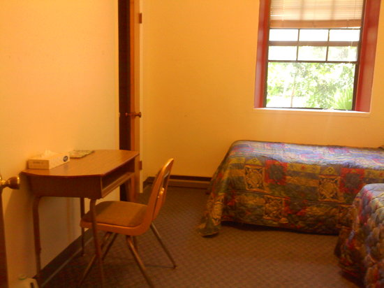 Mission San Luis Rey Retreat : Typical room with twin bed.  :o)