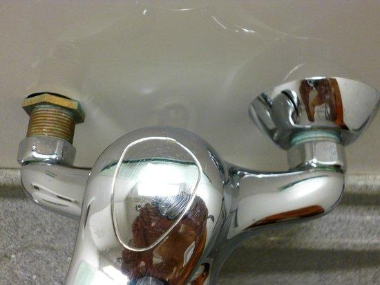 Tudor Court Hotel : Bathroom Faucet