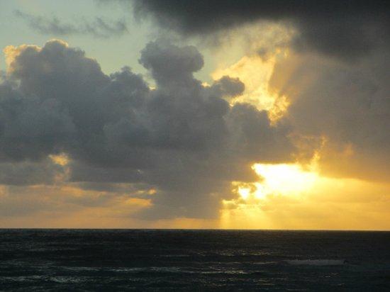 Hanalei Colony Resort: sunrise view