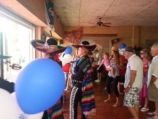 La Cucaracha-Tex Mex-Grill: always good spirit.. siempre viviendo el Momento.
