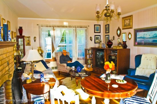 Charles Nelson Guest House: Living Room with Charm