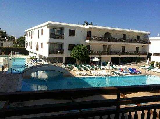 Sofianna Hotel Apartments : vue du balcon sur piscine