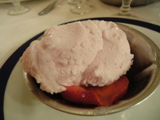 Mangrovia Restaurant : Ice cream with fresh strawberries