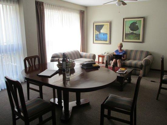 La Paz Apart Hotel: Living/Dining Room