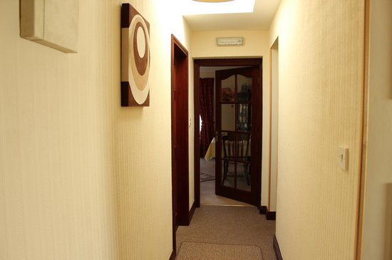 Ken-Mar House: The hallway and dining room entrance