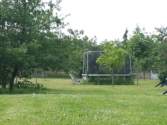 Logis Le Chai de la Paleine : The trampoline and badminton court in the background