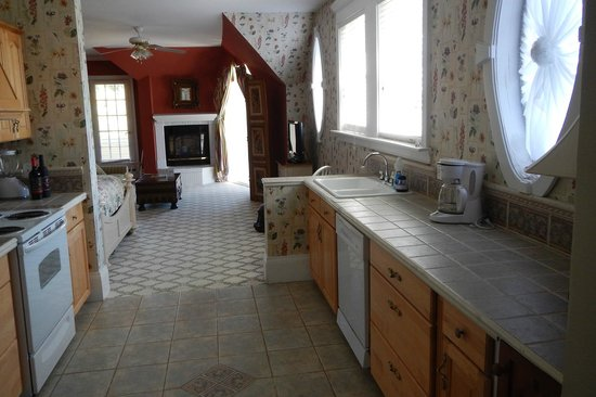 Brigadoon Bed and Breakfast: Kitchenette in Captains Quarters