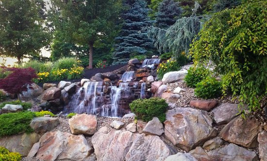 Holiday Inn Express Sharon/Hermitage: Beautiful Landscaping behind the hotel. Great place to relax