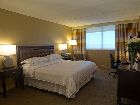 Sheraton Greensboro at Four Seasons: Traditional Guestroom