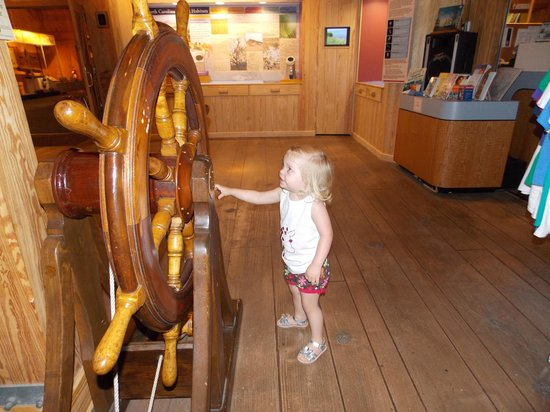 North Carolina Maritime Museum: Alice loved the wheel!