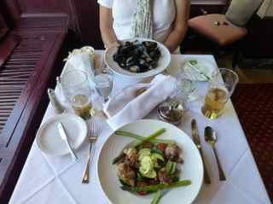 Restaurant Le Clarendon: Veal Sweetbreads and Moules Mains