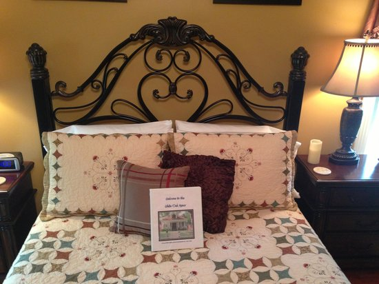White Oak Manor Bed and Breakfast: Bedroom