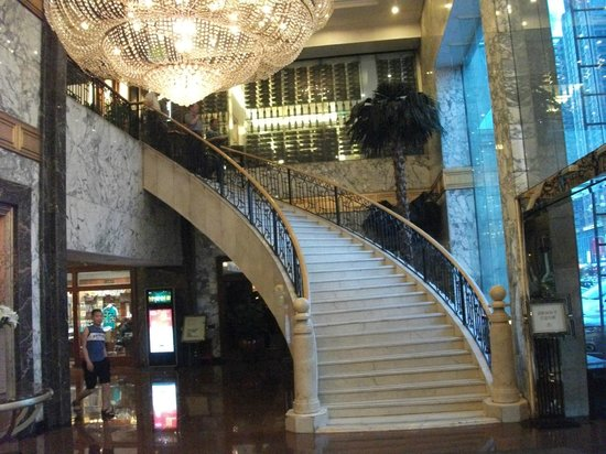Shijiazhuang International Building Hotel: Stairs from lobby