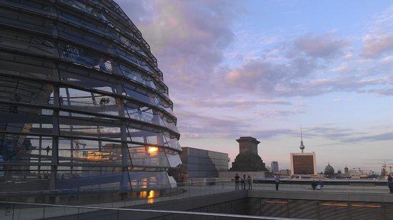 Berlin Kontouren: abends auf dem Reichstagsgebäude