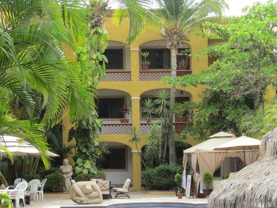 Tropicana Inn : View across from pool
