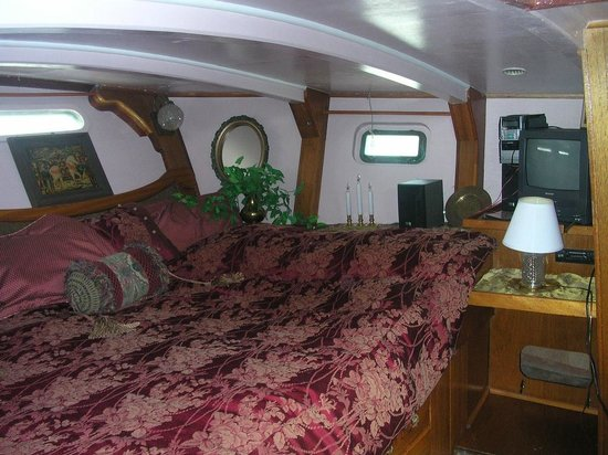 Wharfside Bed and Breakfast Aboard the Slowseason: Aft State Room