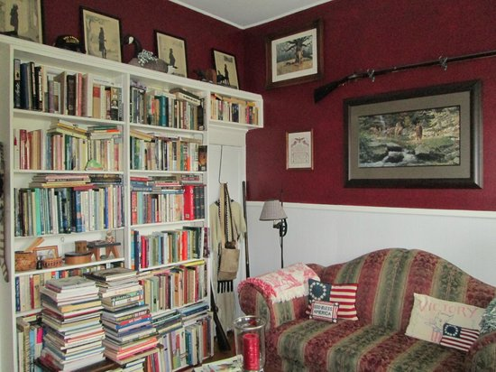 Celibeth House Bed and Breakfast: the library