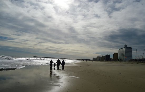 Hampton Inn Virginia Beach Oceanfront North: Beach walking toward the pier