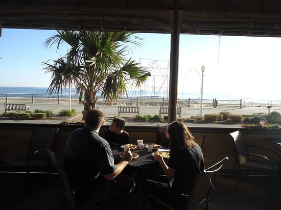 Hampton Inn Virginia Beach Oceanfront North: Breakfast patio