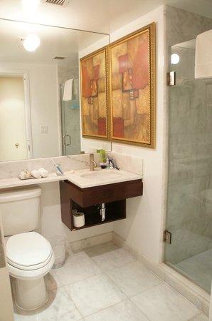 คาร์วี โฮเทล นิวเยอร์ก: Bathroom with bright lights