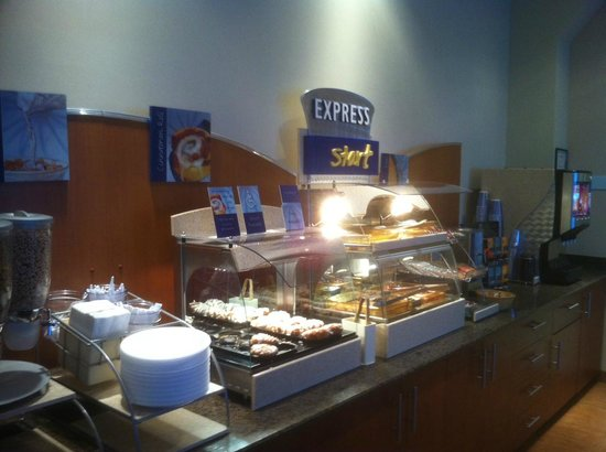 Holiday Inn Express Hotel & Suites Edmonton South: Breakfast buffet
