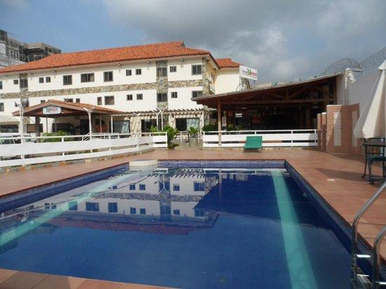 Tulip Inn Accra Hotel: Front of hotel