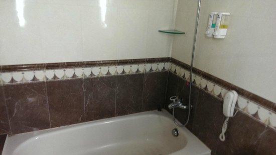 Tianyi Hotel: bathtub