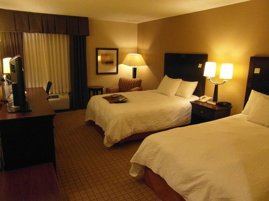 Hampton Inn Corydon: My bedroom - very comfy