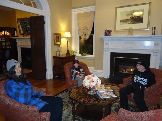 Hampton Inn Lexington - Historic District: Sitting room inside the mansion 