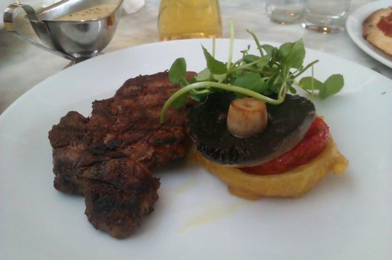Owston Hall Hotel: steak cooked to perfection. nice fries too!