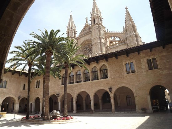 Palau de l'Almudaina : View from The Almudaina courtyard. Cathedral behind.