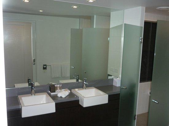 Pullman Port Douglas Sea Temple Resort & Spa: Studio Spa Room - bathroom