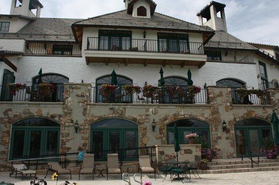 The Lodge & Spa at Cordillera: Restaurant above pool
