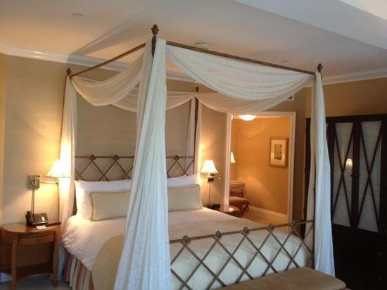The Beverly Hills Hotel : four poster bed