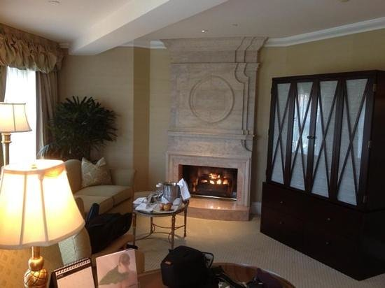 The Beverly Hills Hotel : lounge with fire place