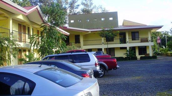 Hotel Santa Ana: Parqueo lateral