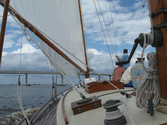 Apalachicola Maritime Museum: Sailing under the St. George bridge on The Heritage