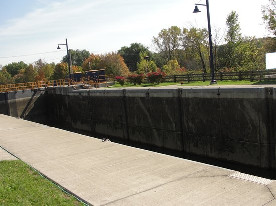 Erie Canal: Lock from above.