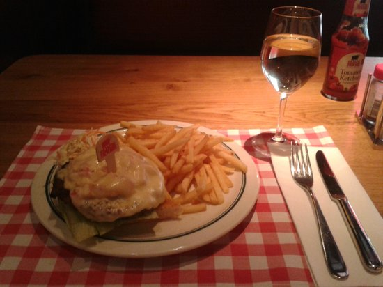 Block House Leopoldstraße: New York Cheeseburger and Weiß Burgunder wine!