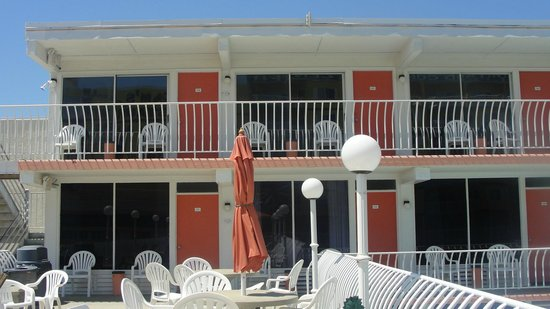 Sahara Motel : nice deck with oceanview and great place for breakfast and meals, grills available