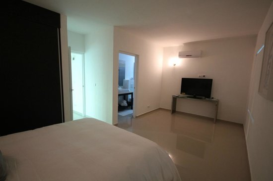 Piscadera Harbour Village: Front bedroom with cable TV