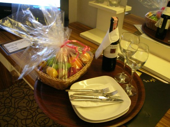Oglakcioglu Park Boutique Hotel: Fresh fruit basket and wine