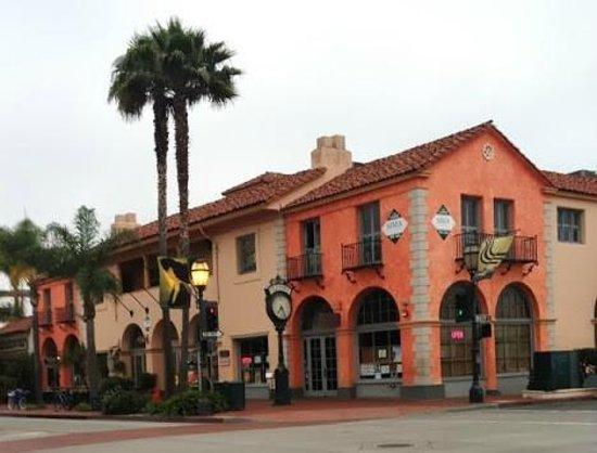 Holiday Inn Express Santa Barbara: Outside the hotel