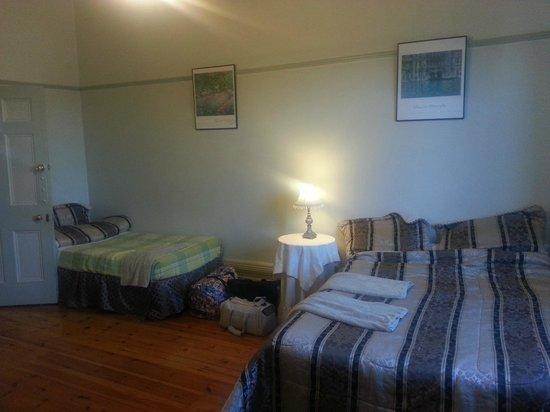 Gatehouse on Ryrie: Spacious family room