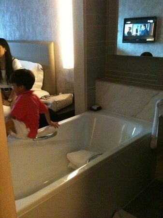 New World Makati Hotel: the room I stayed