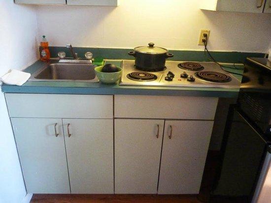 Oceanside Motel: kitchen